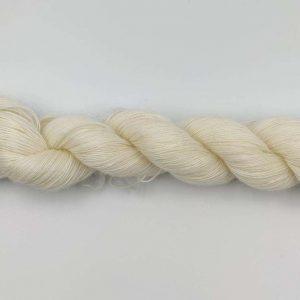 1 trådet kidmohair garn hvid