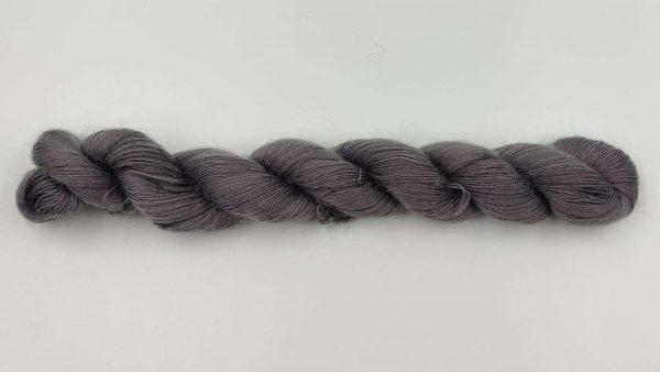 1 trådet kidmohair garn stålgrå