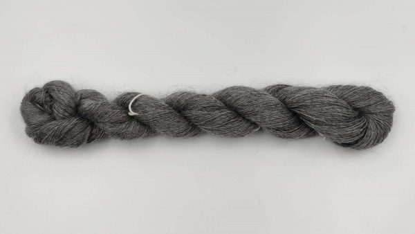 1 trådet kidmohair garn meleret mellemgrå