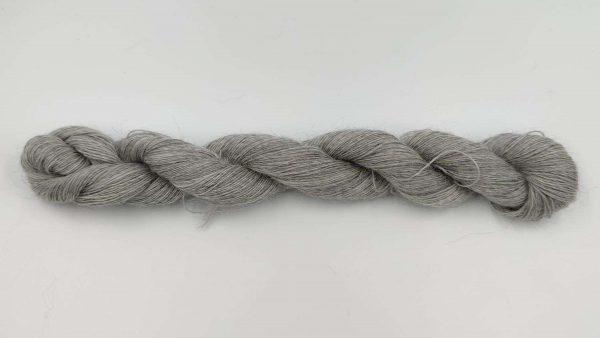 1 trådet kidmohair garn meleret lys grå